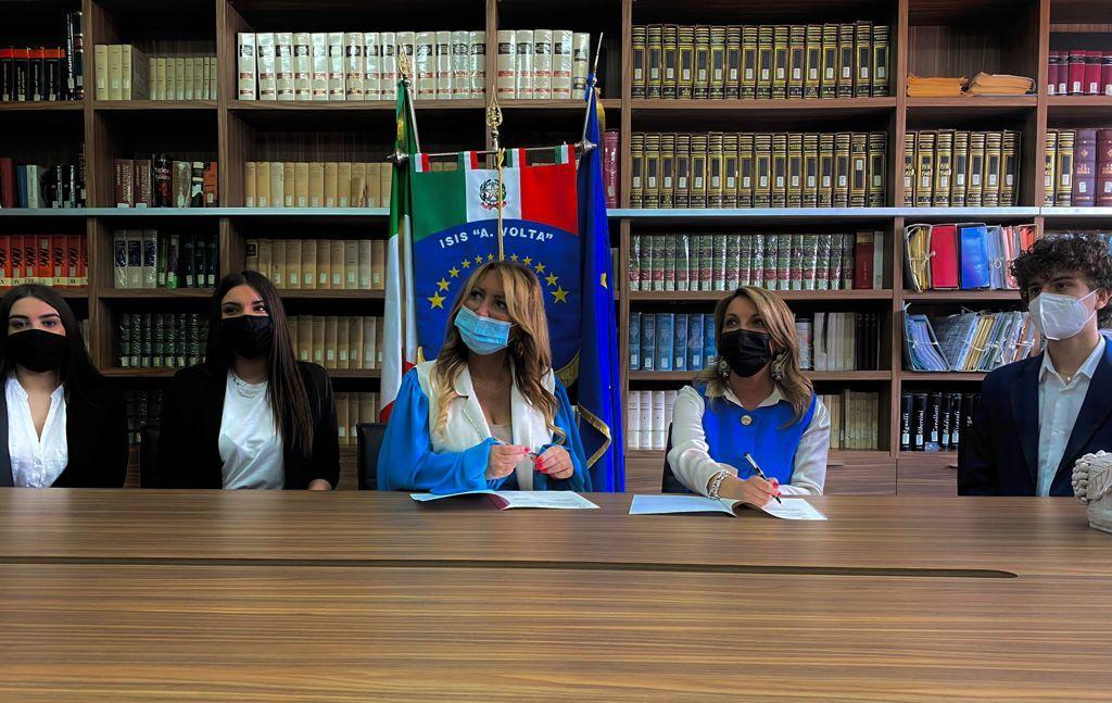La Ds. Prof. Avv. Simona Sessa - Dott.ssa Raffaela Pignetti - Studenti Volta